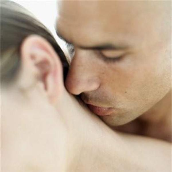 phụ nữ thích hôn sau gáy