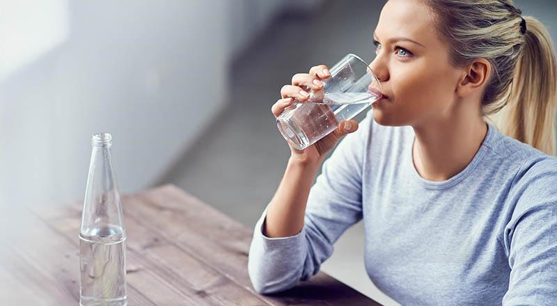 Uống nhiều nước vừa giúp các bạn thanh lọc cơ thể lại vừa giúp các bạn có cảm giác no.