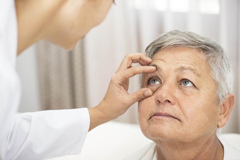 Căn bệnh này chỉ xuất hiện ở các bệnh nhân đã lớn tuổi cùng với di truyền.