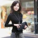 Cách mặc áo thun trơn nữ để giữ ấm cơ thể trong mùa đông giá rét